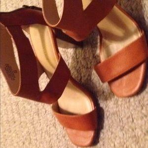 Women's Nine West tan leather strap sandals sz. 6M